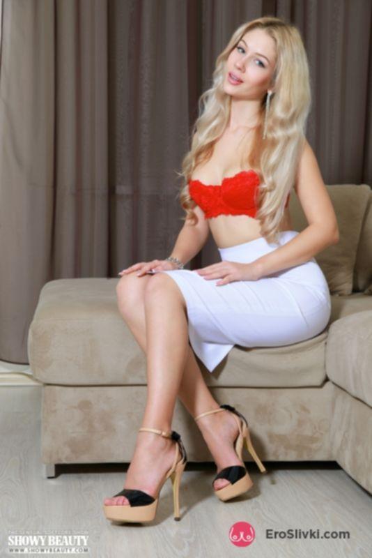 Прекрасная блондинка Изабель снимает юбку и показывает самое чувствительное место вагины - фото