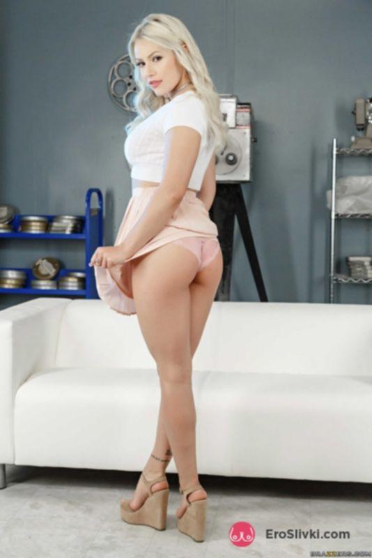 Сексуальная блондинка снимает с себя одежду и раздвигает половые губки лощеной писи - фото