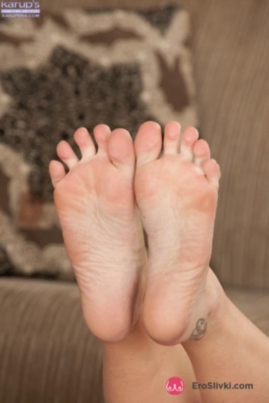 Молодая блондинка раздевается для мастурбации, задирает ножки и показывает разгоряченную дырочку - фото