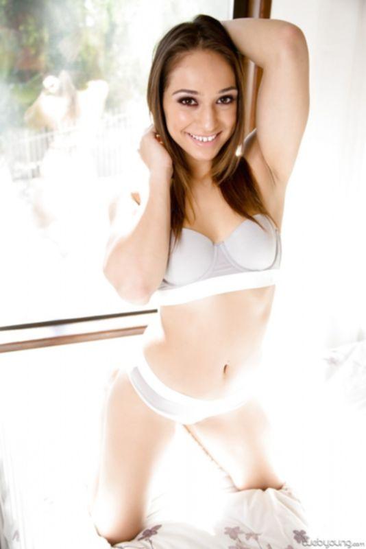 Модель любительница Сара в сексуальном нижнем белье и без него показывает свои трещинки - фото