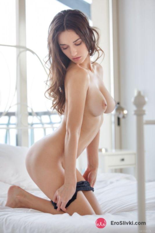 Божественной красоты Глория позирует обнаженной в спальне и хвастается лысой шмонькой - фото