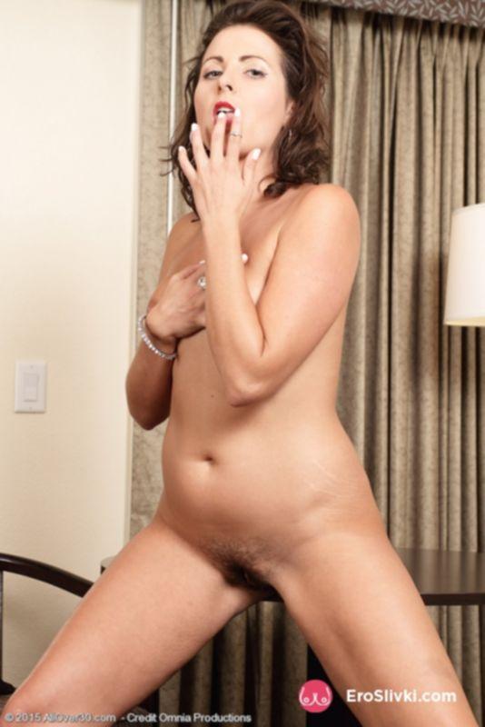 Зрелая домохозяйка позирует и наклоняется, демонстрируя свою превосходную задницу - фото