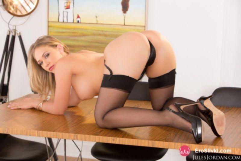 Голубоглазая блондинка крупным планом вываливает лощеную киску с пирсингом - фото