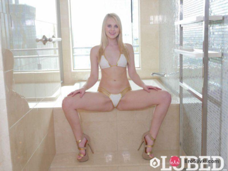 Худенькая блондинка в душе страстно ласкает своё мокрое тело - фото