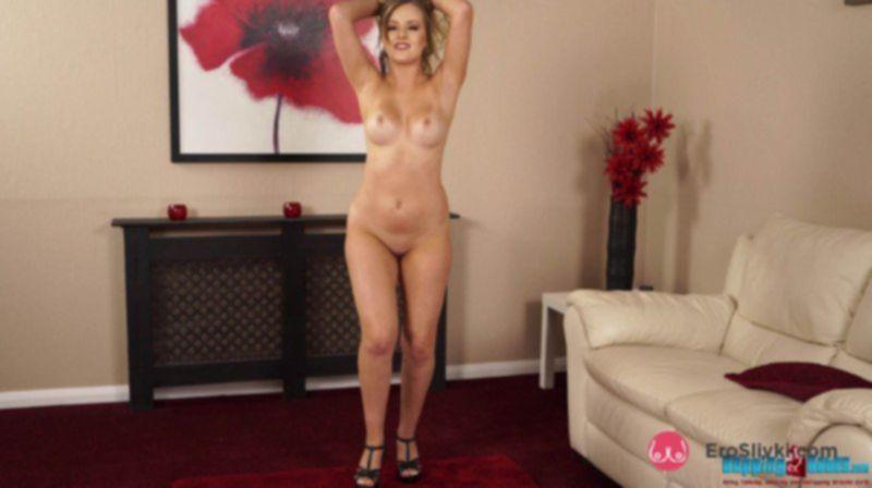 Яркая блондинка снимает платье и показывает себя в голом виде - фото
