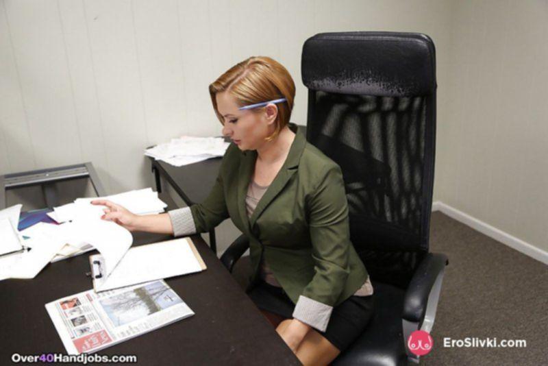 Немолодая секретарша в офисе разделась догола и показала сиськи с писькой - фото