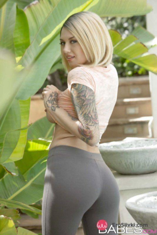 Татуированная блондинка показала голую задницу и сиськи - фото