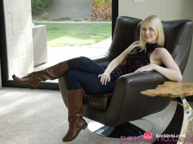 Блондинка с классной попкой манит своей ухоженной пилоткой на фото - фото