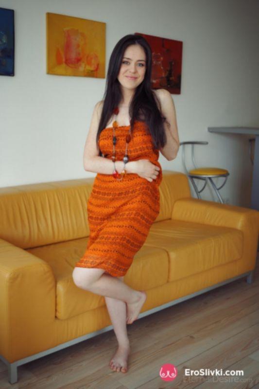 Брюнетка снимает платье и показывает гибкость тела, а заодно ухоженную и голодную писю - фото