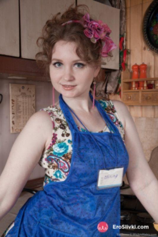 Толстая дамочка бальзаковского возраста Бажена показывает на кухне волосатого бобрика между ног - фото