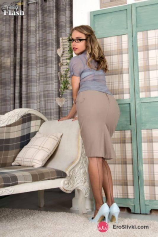Длинноногая Хлоя в стильных очках снимает юбку и задирает точеные ножки в чулках на подтяжках - фото