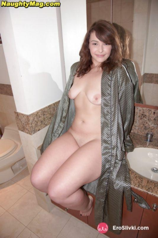 Модель любительница в ванной комнате дрочит бритую писю напором воды и пальчиками - фото