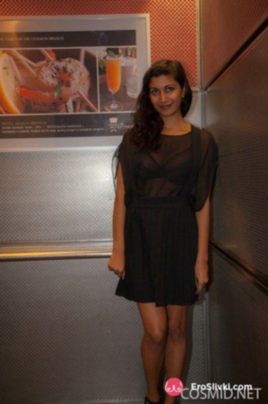 Индийская красотка раздевается и показывает свои большие сиськи - фото