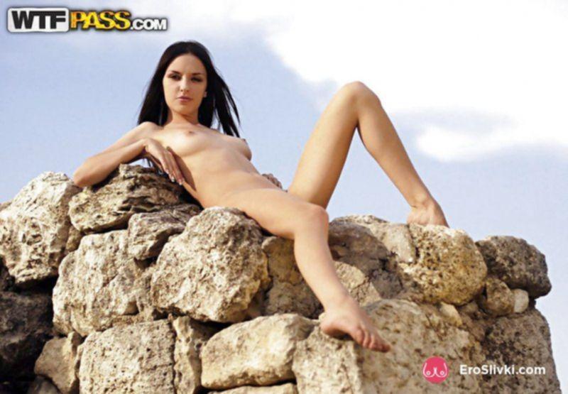 Стройная красотка сексуально позирует голой на улице - фото