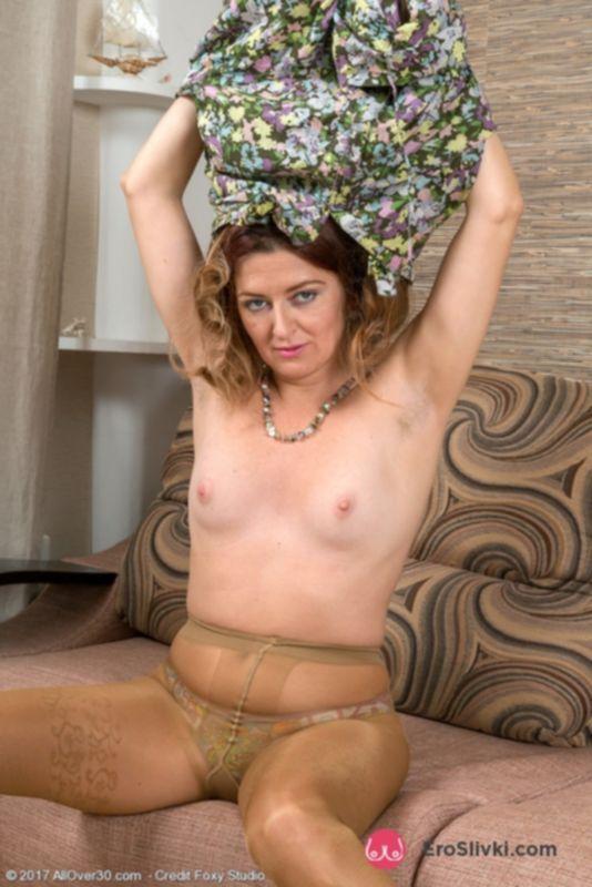 Зрелая домохозяйка Хелен хвастается своим чрезмерно волосатым бобриком между ног - фото