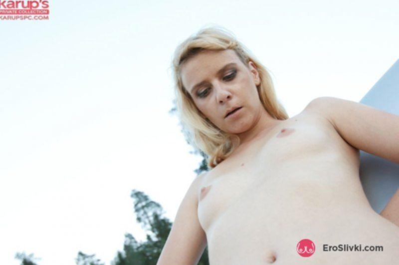 Молодая блондинка задрала платье и дрочит письку на обочине - фото