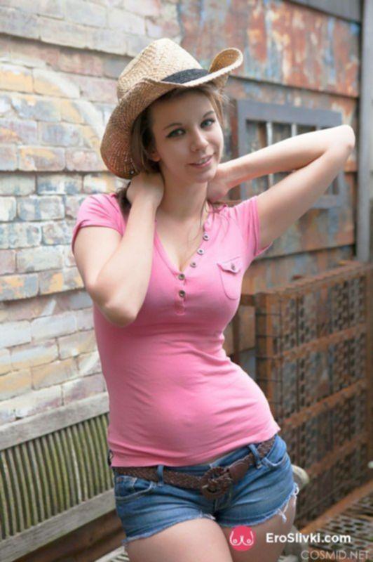 Хорошенькая девка на улице разделась догола и показала шикарную грудь - фото