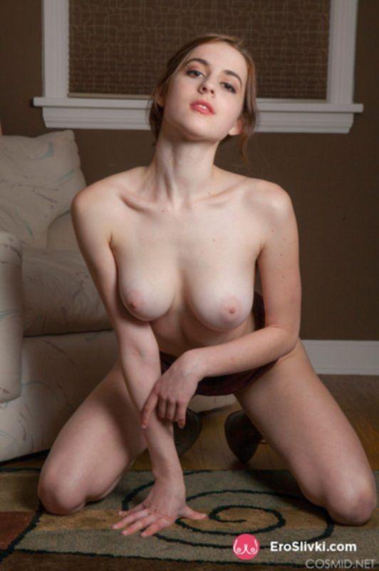 Привлекательная скромница разделась догола и показала сиськи - фото