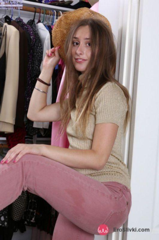 Худощавая милашка ласкает свою мохнатку в гардеробной дома - фото