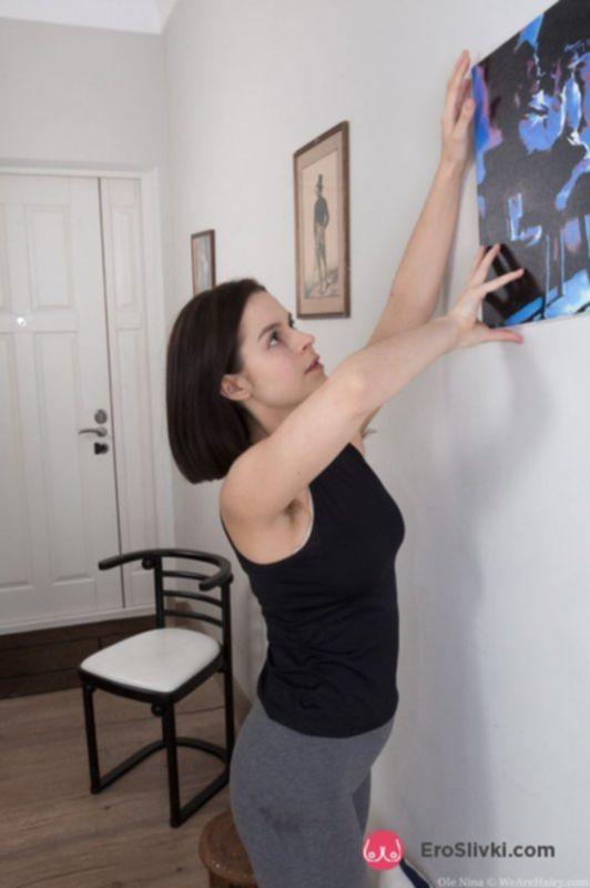 Милая брюнетка дома засветила свою волосатую пилотку на фото крупным планом - фото