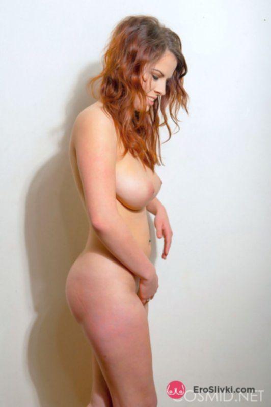 Фигуристая сучка светит своими пышными буферами на фото - фото