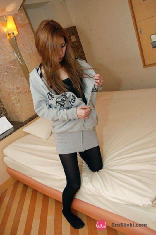 Худенькая азиатка вибратором удовлетворяет себя на кровати - фото