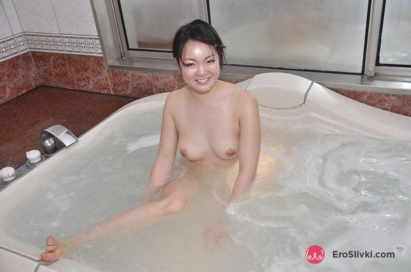 Азиатская милашка купает в ванной свои маленькие титьки - фото