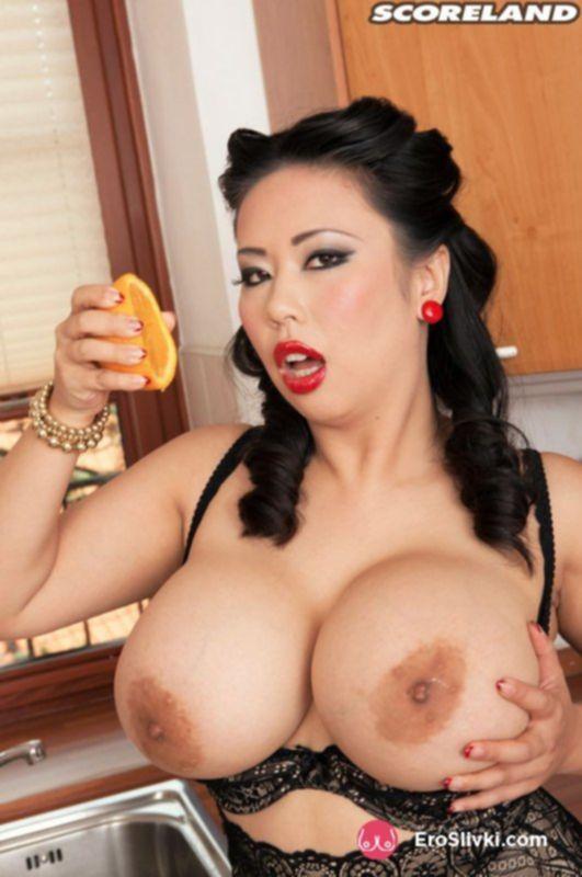 Сексуальная азиатка дрочит вагину на кухне фаллосом и получает удовольствие - фото
