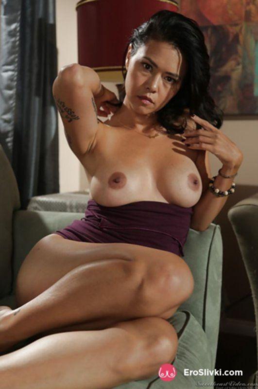 Красивая азиатка показывает свою сочную задницу и небритую вагину на фото - фото