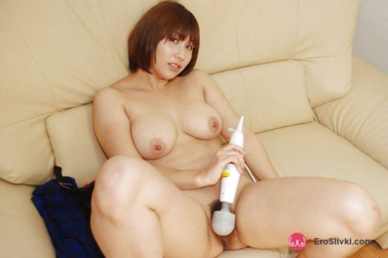 Молодая азиатка дрочит волосатую пилотку вибратором на диване - фото