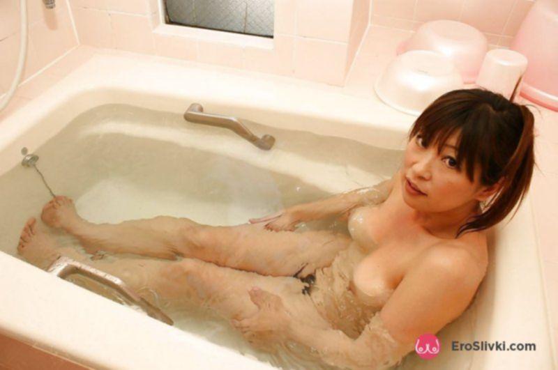 Зрелая азиатка позирует голой и принимает эротично ванную - фото