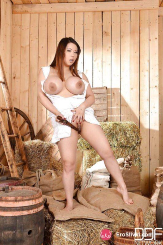 Эффектная азиатка на сеновале дрочит вагину деревянным самотыком - фото