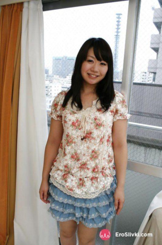Азиатская милашка сняла трусики и показала свою сочную письку - фото