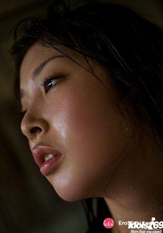 Красивая японка соблазнительно позирует голой и мокрой - фото