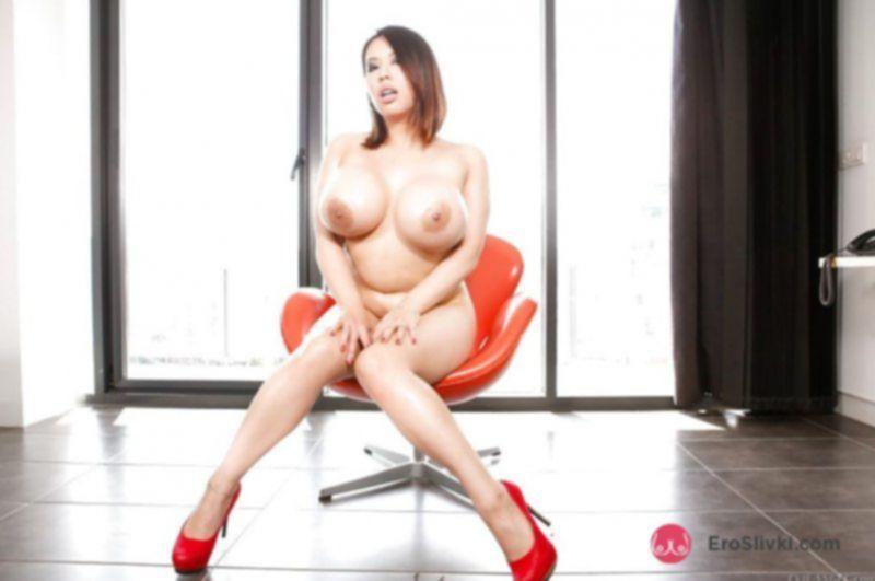 Фигуристая азиатка устроила голый разврат дома на стуле - фото