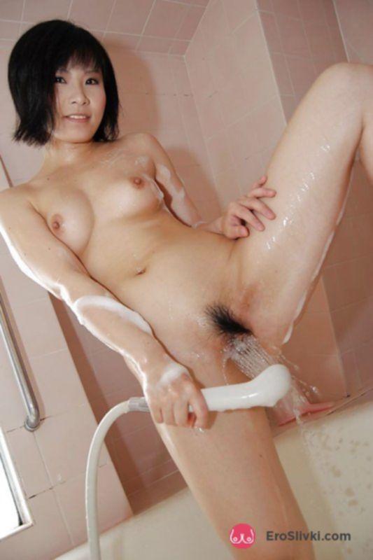 Молодая кореянка под душем ласкает свою волосатую письку - фото