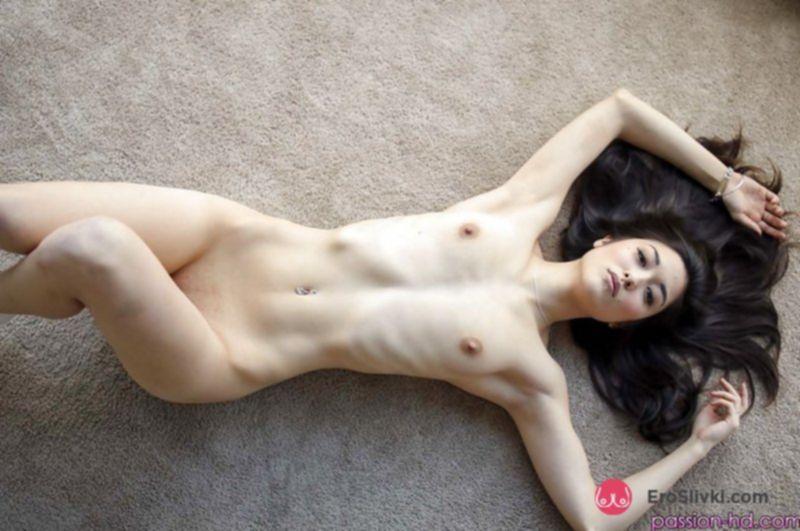 Стройная азиатка красиво раздвигает ноги и ласкает бритую вагину - фото