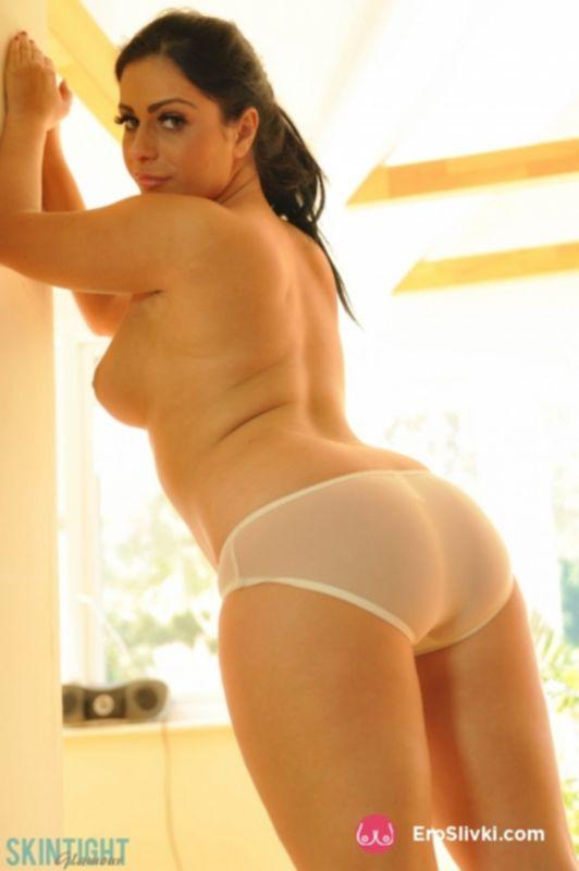 Коренастая брюнетка Кейра снимает джинсы и показывает сексуальную попу - фото