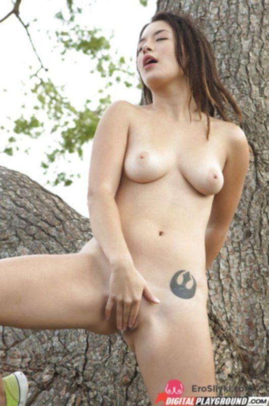 Красивая азиатка дрочит свою гладкую пилотку у дерева в парке - фото
