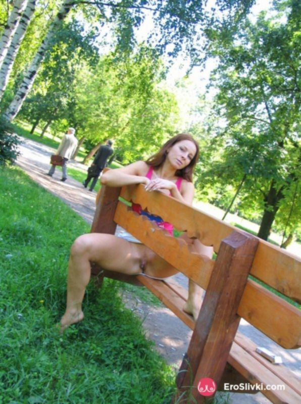Рыжая потаскушка показала свою пилотку в московском парке - фото