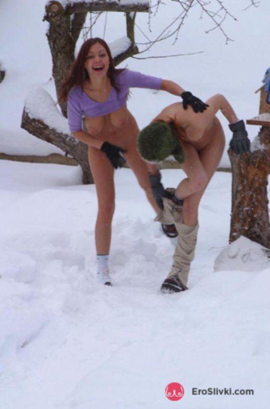 Две русские куколки играют в снежки голышом на улице - фото