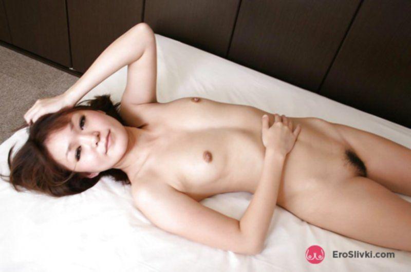 Молодая азиатка показывает свою волосатую вагину в разных позах - фото