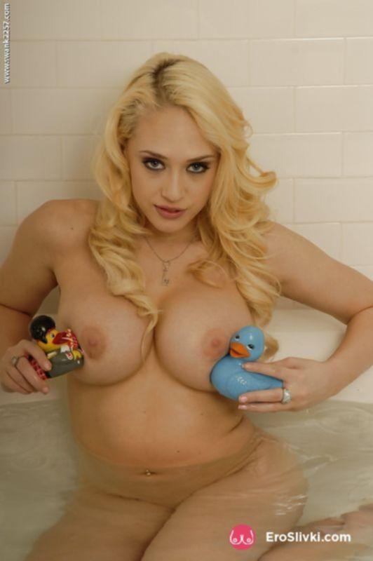 Грудастая блондинка имеет свою письку в ванной - фото