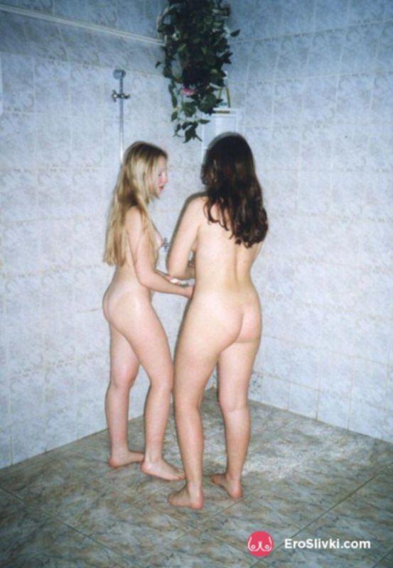 Две русские лесбиянки зимой после сауны ласкаются голыми на снегу - фото