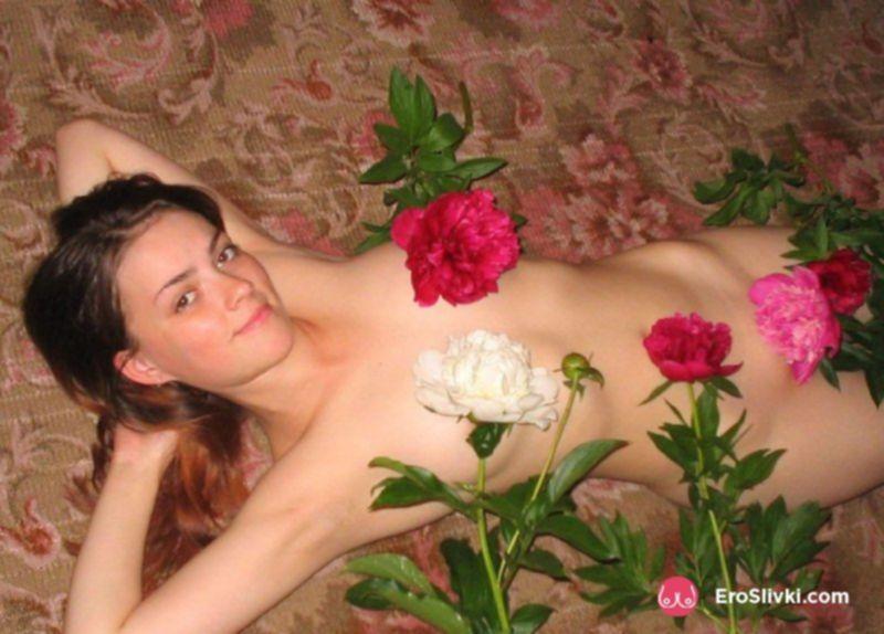 Привлекательная русская девушка позирует обнажённой дома - фото