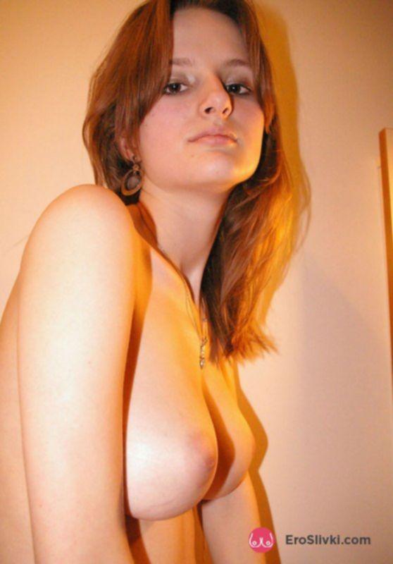 Молодая русская милашка светит голыми сиськами на фото - фото