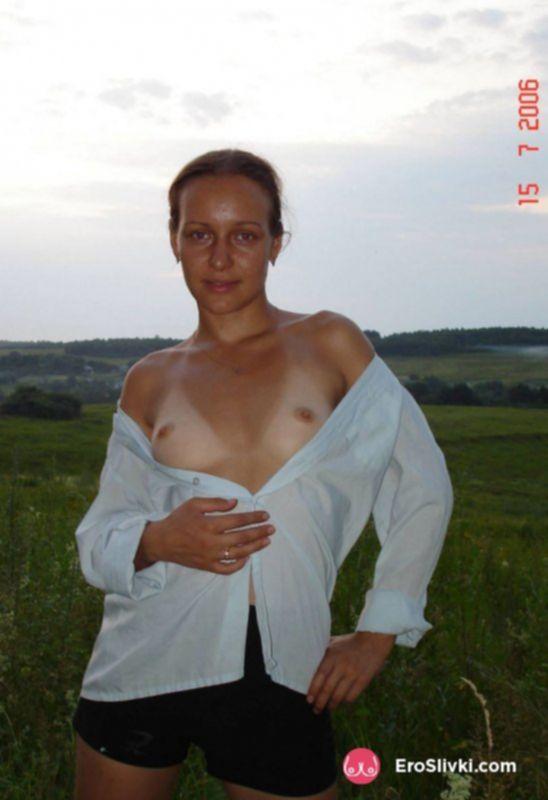 Сладострастная блондинка оголила свои упругие буфера во дворе - фото