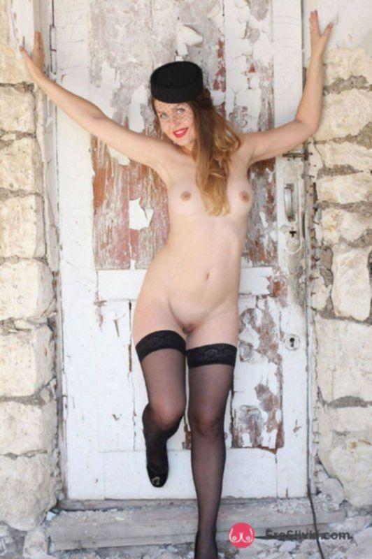 Сексапильная мамочка с шикарным телом позирует голой на фото - фото