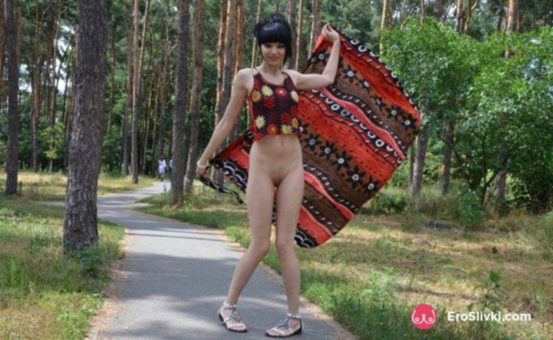 Горячая брюнетка прогуливается голой по парку и позирует на фото - фото