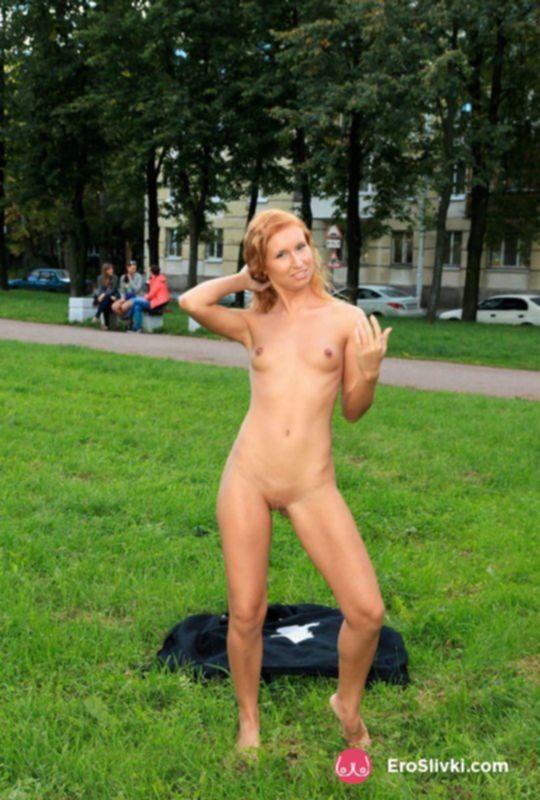 Рыженькая девка в общественном парке фотографируется голой - фото